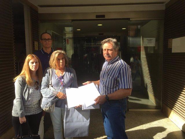 El presidente del Comité de Empresa exhibe las firmas contra la gerente