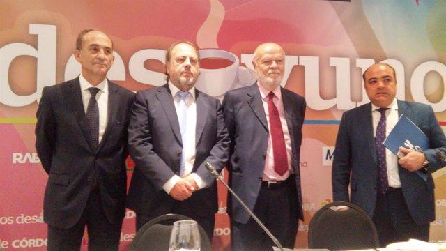 El exfiscal y magistrado emérito del TS José Antonio Martín Pallín en el centro
