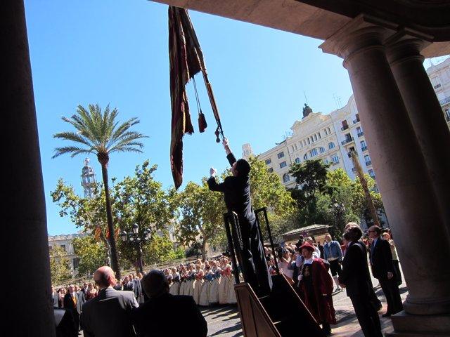 Izando La Reial Senyera El Día De La Comunidad Valenciana