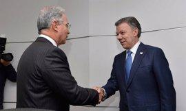 """Uribe felicita a Santos y le pide que cambie los """"acuerdos daniños para la democracia"""""""