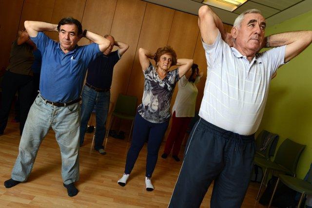 Mayores haciendo ejercicio dentro del programa de la Caixa