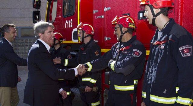 Ángel Garrido saludando a bomberos de la Comunidad
