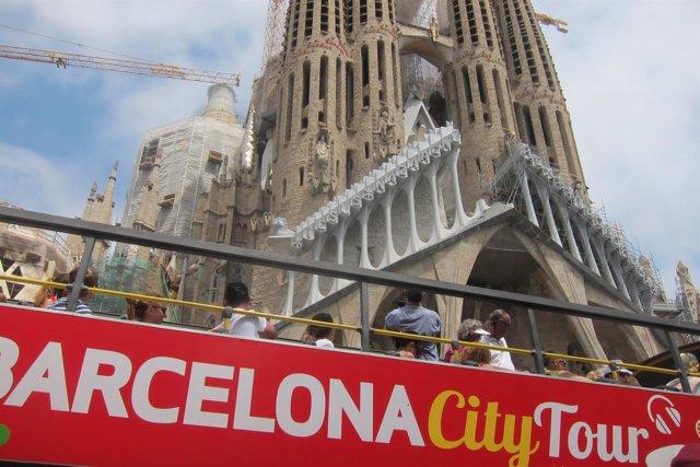 Bus turístico ante la Sagrada Família de Barcelona
