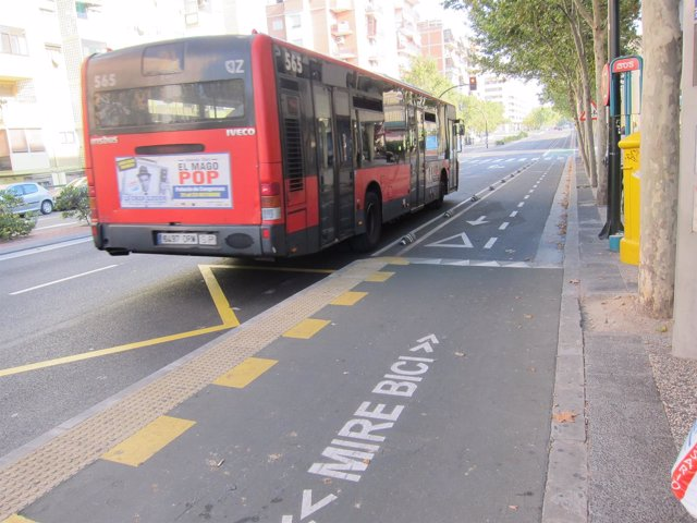 Autobús junto a un carril bici