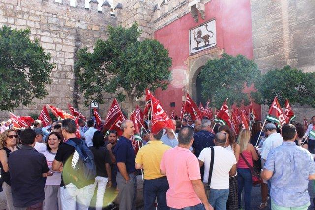 Concentración de CCOO y UGT ante el Real Alcázar, en Sevilla.