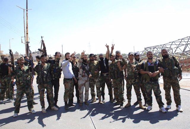 Soldados sirios celebran una victoria en Hama