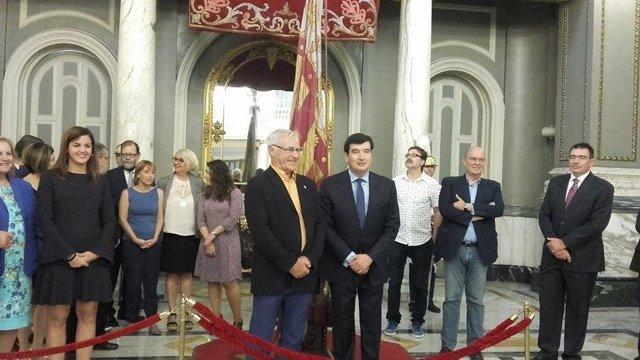 Ribó y Giner participan en el acto de traslado de la senyera al Salón de Cristal