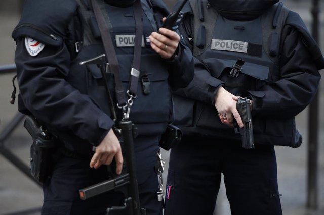 Policías franceses tras un tiroteo frente a una comisaría de París
