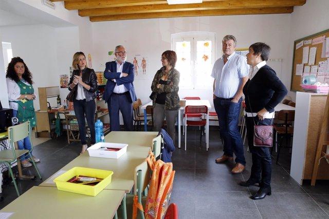 El consejero y la alcaldesa de Piélagos visitan el colegio de Parbayón