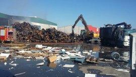 Controlado un incendio en una planta de reciclaje de Aznalcóllar