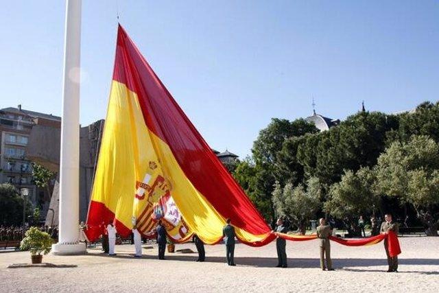 Izado de bandera en la plaza de Colón de Madrid