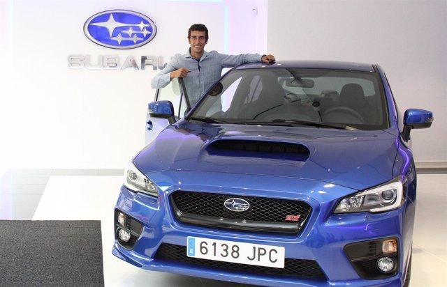 Alex Rins en un acto de Subaru