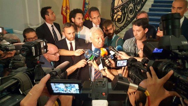 Margallo atiende a los periodistas en Alicante