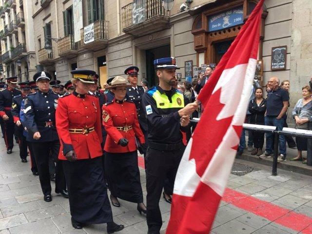 Policías de Canadá participan en el desfile de Barcelona.