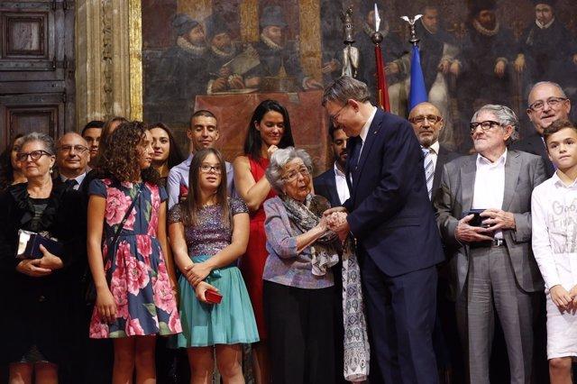 Alejandra Soler (en el centro junto a Puig) con el resto de premiados