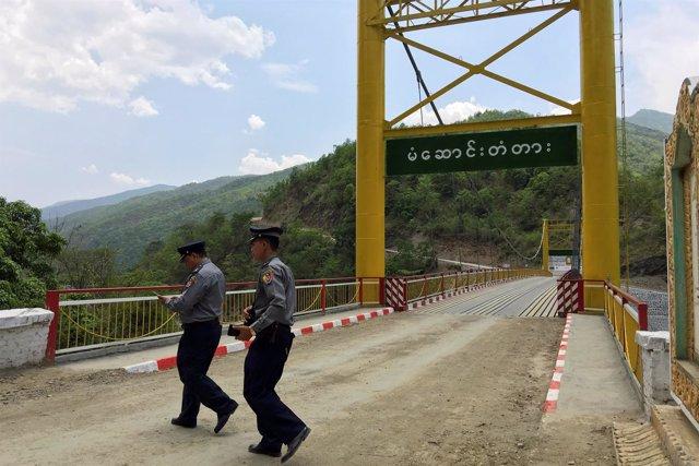 Policías de Birmania en la frontera con India