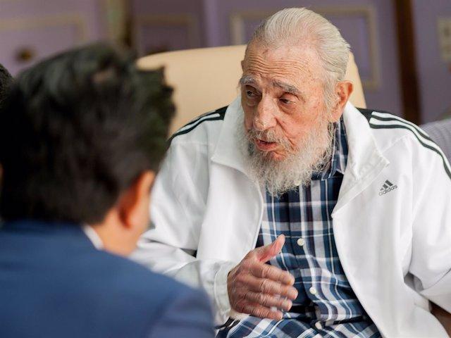 Fidel Castro durante su encuentro con el primer ministro de Japón, Shinzo Abe
