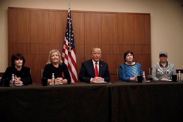 Trump posa en una rueda de prensa con mujeres que acusaron a Bill Clinton