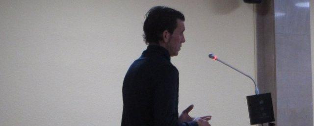 El acusado mostrando su conformidad durante el juicio