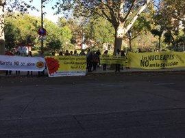 Una veintena de activistas denuncian ante el CSN la mala gestión de su presidente