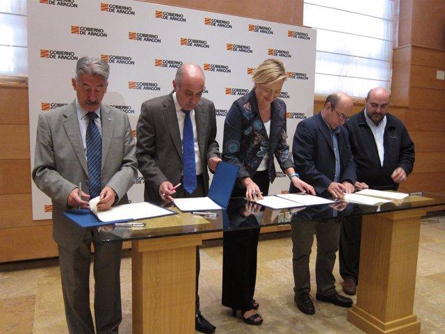 Gastón y los representantes de los agentes sociales, firmando hoy el acuerdo