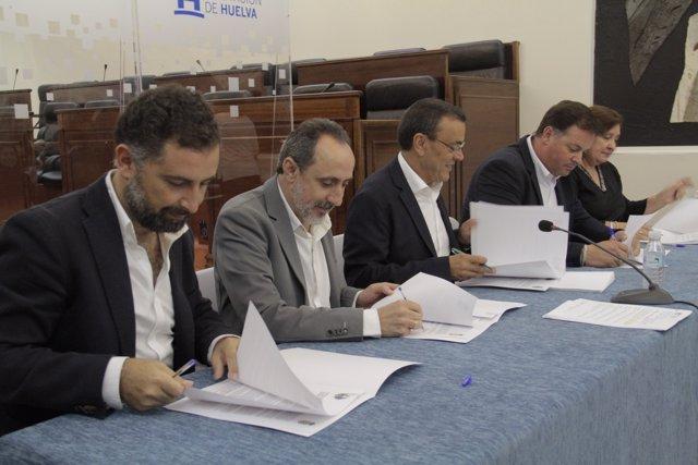 Los alcaldes de Moguer y Nerva firman los acuerdos del PFEA