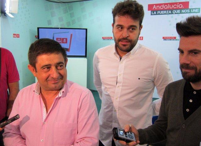 Francisco Reyes (i) atiende a los periodistas.