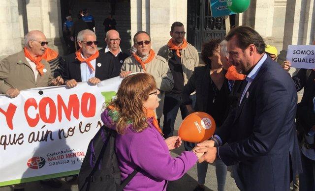 El alcalde de Valladolid, este lunes, junto a miembros de Feafes