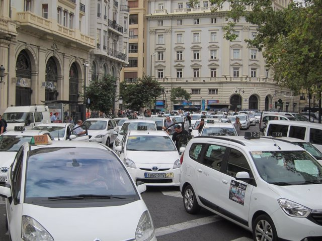 Caravana de taxis en Valencia contra el TTIP y el CETA