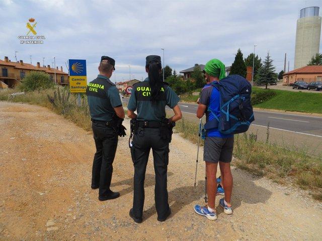 Agentes de la Guardia Civil atienden a unos peregrinos