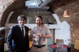 Pablo Iglesias traslada a Puigdemont su apoyo al derecho a decidir en Cataluña
