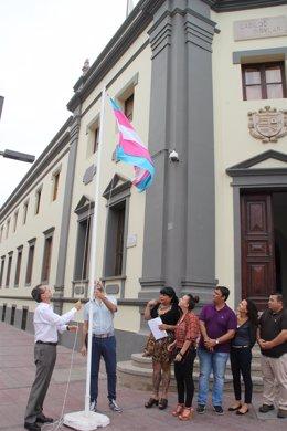 Izado de la bandera transexual