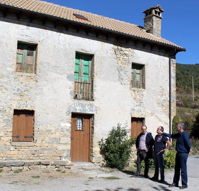 Luis Estaún visita la antigua escuela con el arquitecto y el constructor