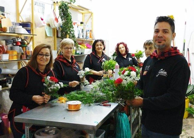 Los floristas de Galvez terminan de preparar los ramos para la Ofrenda.