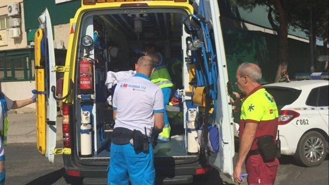 SUMMA atiende al herido en una ambulancia