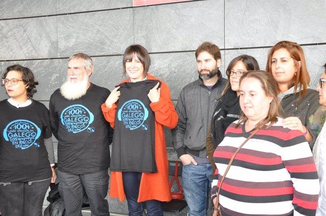 Ana Pontón, portavoz nacional del BNG, con los trabajadores de Extel