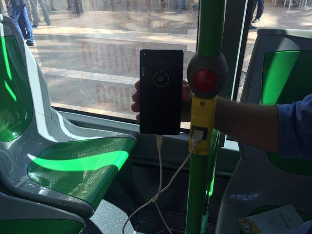 Uno de los enchufes USB instalados en los autobuses urbanos