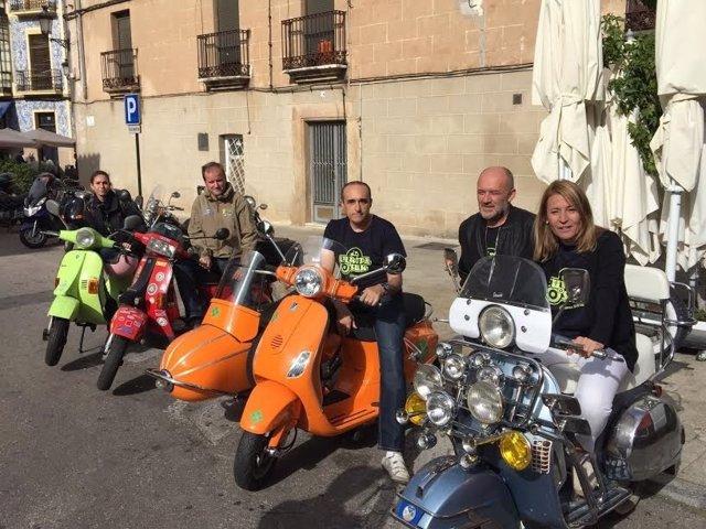 La alcaldesa de Cáceres con las scooters que participan en el Europa Sur