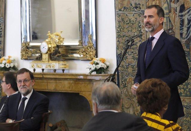 El Rey Felipe VI, con los patronos del Instituto Cervantes y Rajoy