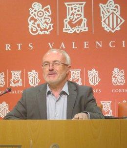 El portavoz de Podemos en las Corts, Antonio Montiel, en la rueda de prensa