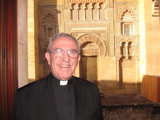El deán presidente del Cabildo, Manuel Pérez Moya, ante la Mezquita-Catedral