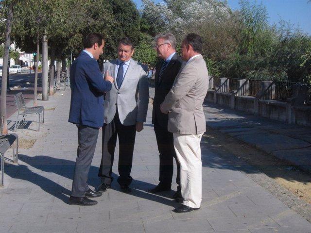Antonio Sanz con autoridades en Córdoba