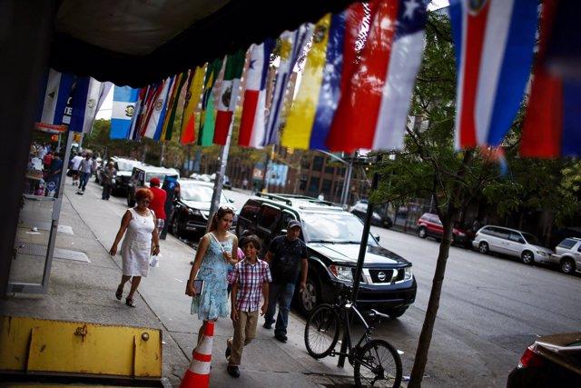 Banderas de países latinoamericanos en El Barrio latino de Harlem, en Nueva York