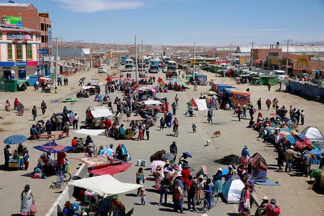 Vecinos de El Alto bloquean una de las principales vías de acceso de la ciudad.