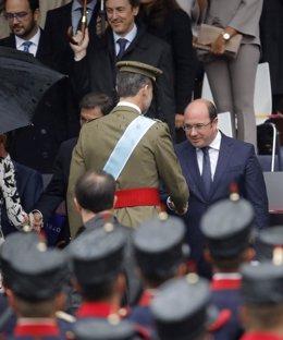 El rey Felipe saluda al presidente de Murcia