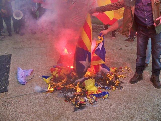 Quema de 'estelades' por la extrema derecha en Barcelona el 12 de Octubre