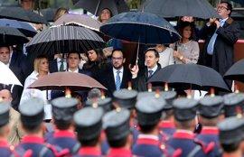 La lluvia convierte el desfile militar en una metáfora de la investidura: dirigentes de PP y PSOE bajo el mismo paraguas