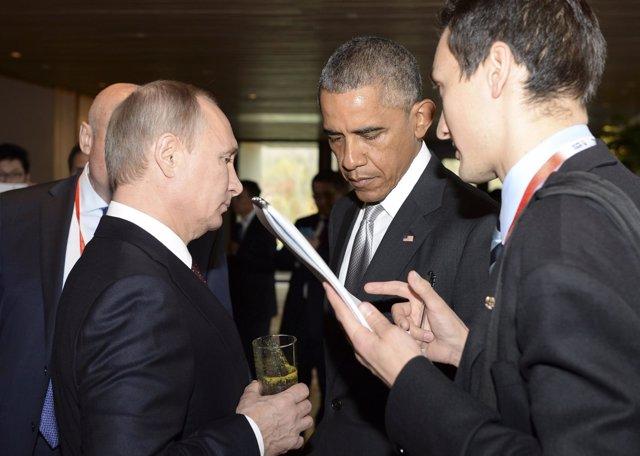 Vladimir Putin y Barack Obama hablan durante cumbre de APEC