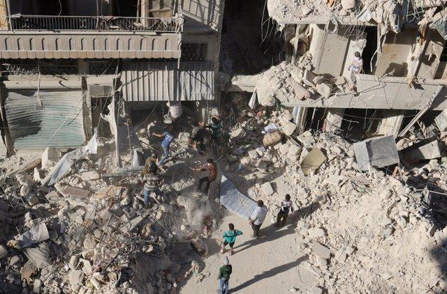 Efectos de un ataque aéreo en la zona rebelde de Alepo