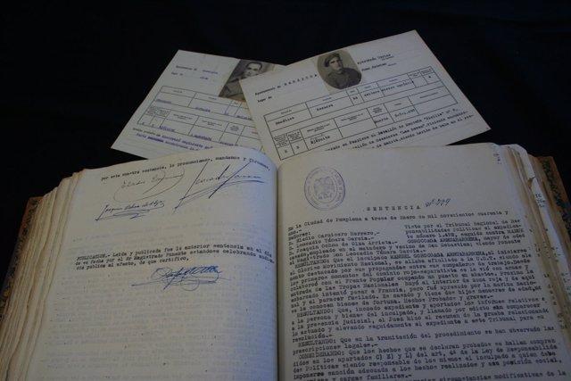 Dos fichas de combatientes y uno de los libros de sentencias